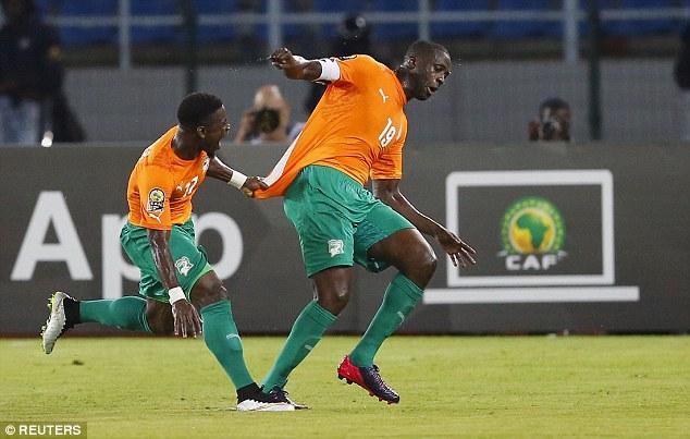 Yaya (phải) ăn mừng bàn mở tỉ số trong trận thắng 3-1 trước CHDC Congo.