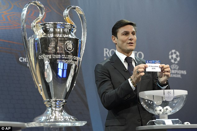Ông David Miles sững người khi cựu danh thủ Zanetti bốc lá thăm đối thủ của Arsenal là Barcelona.