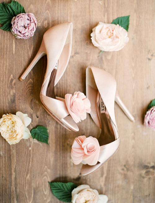 Giày đính hoa hồng duyên dáng cho cô dâu nữ tính