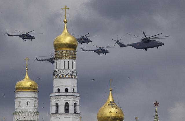 Máy bay diễn tập trên bầu trời Moscow. (Ảnh: AP)