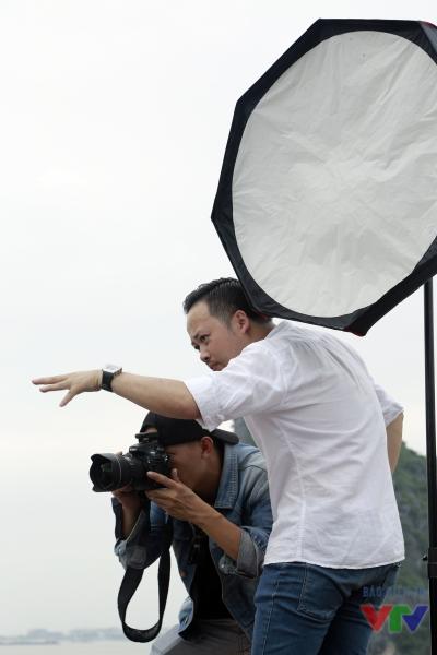 Nhiếp ảnh gia Tô Thanh Tân hướng dẫn các thí sinh cách tạo dáng