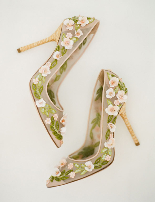 Đôi giày đính hoa với gam màu xanh ấn tượng dành cho cô dâu thời trang và sành điệu