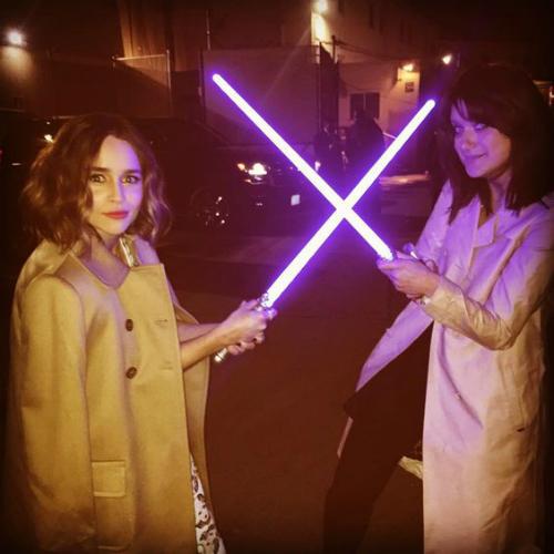 Cô cùng bạn mình thử nghịch ngợm đấu kiếm Star Wars xem sao!