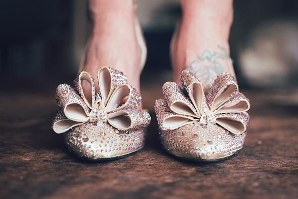 Giày đính đá lấp lánh hợp với đám cưới buổi tối