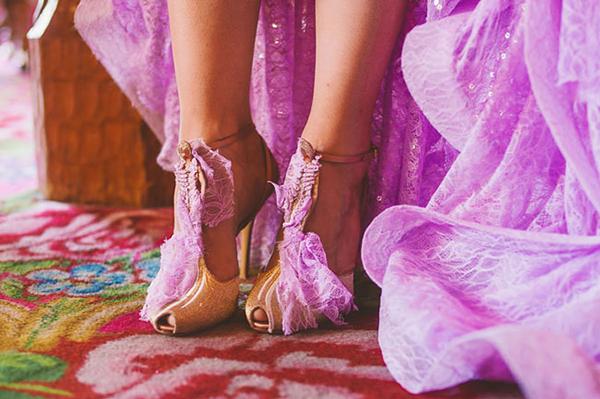 Chiếc giày được biến hóa với mảnh ren ton sur ton cùng váy cưới
