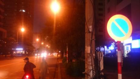 Dọc phố Duy Tân (phường Dịch Vọng Hậu, quận Cầu Giấy, Hà Nội), ở cả 2 làn đường, cơ quan chức năng cắm rất nhiều biển báo cấm dừng xe. (Ảnh: baomoi.com)