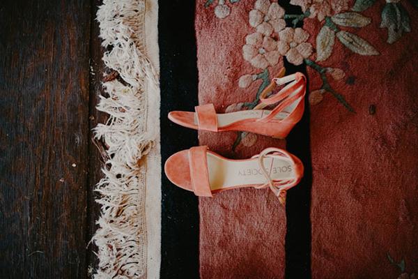 Đôi sandal đế xuống thấp chắc chắn mà thoải mái cho cô dâu
