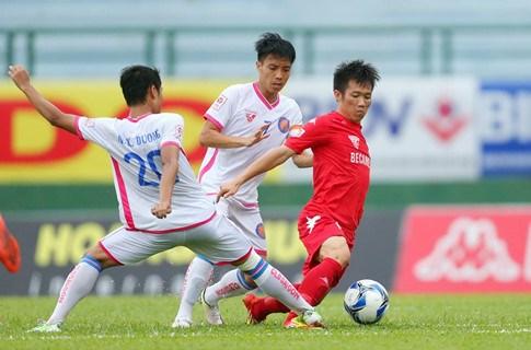 Tấn Tài đi bóng trong sự truy cản của các cầu thủ CLB Sài Gòn (Ảnh: Thanhnien)