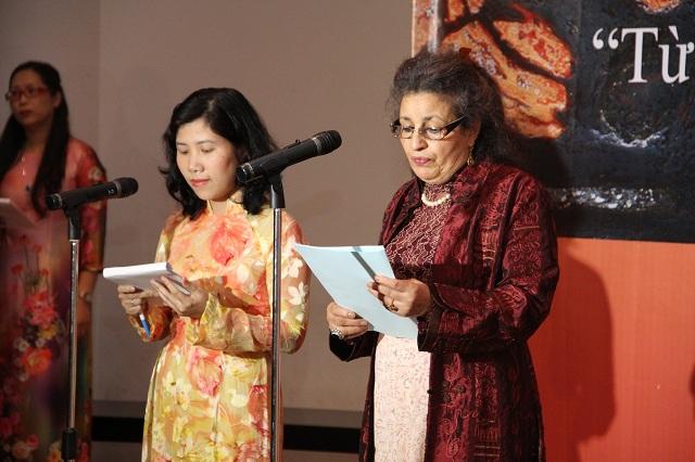 Phu nhân đại sứ Vương quốc Maroc tại buổi lễ khai mạc triển lãm (bên phải)