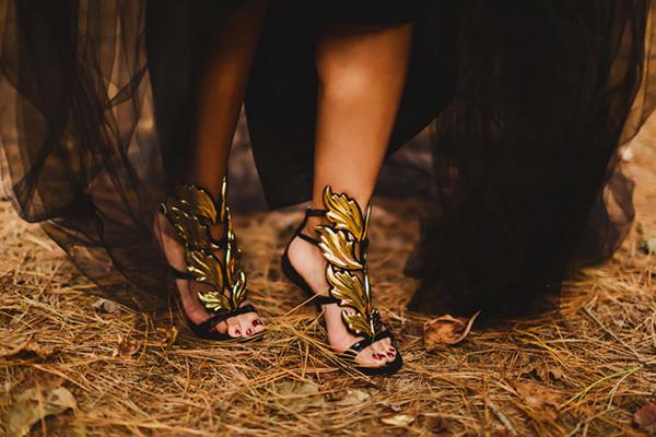 Cô dâu ấn tượng với đôi giày màu đen trang trí chi tiết vàng đồng