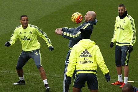 HLV Zidane thị phạm khiến các ngôi sao Real phải mê tít vì khả năng làm chủ quả bóng của ông thầy