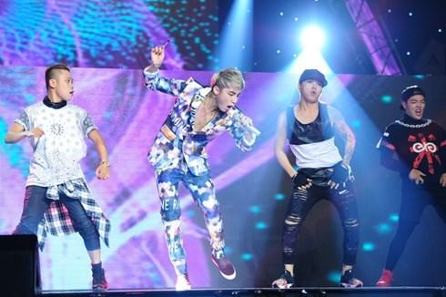 Sơn Tùng biểu diễn trên sân khấu ca nhạc