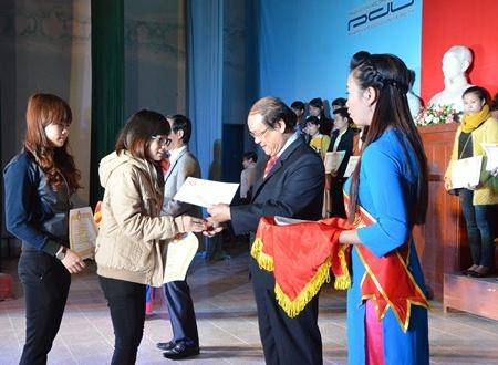 Sinh viên tiêu biểu quê hương Quảng Ngãi vinh dự được lãnh đạo tỉnh trực tiếp trao học bổng.