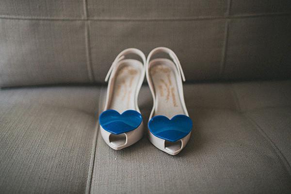 Phụ kiện cưới của cô dâu thường gắn với hình ảnh trái tim lãng mạn