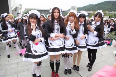 """715 cô gái tập trung cùng nhau để lập nên kỷ lục Thế giới về """"số người cùng mặc trang phục hầu gái ở cùng một thời điểm"""" đông nhất"""