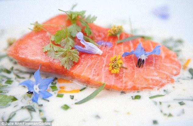 Dầu cá, bao gồm cá thu, cá hồi, cá hồi vân chứa hàm lượng cao axit béo Omega 3, đóng vai trò quan trọng rong cấu trúc và bề ngoài của da (Nguồn: Dailymail)