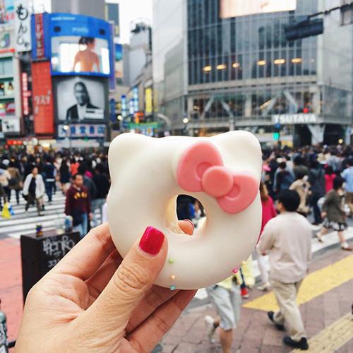 Melissa Hie - nhà thiết kế thời trang người Indonesia - đã ghé thăm hơn 30 quốc gia ở khắp các châu lục trên thế giới. Mỗi nơi, cô đều dành thời gian khám phá nét độc đáo của ẩm thực đường phố. Meliassa lập tài khoản Instagram có tên Girl Eat World để chia sẻ những hình ảnh món ăn và được hàng trăm ngàn người sành ăn theo dõi. Trong hình là bánh donut hình Hello Kitty ở Nhật Bản.