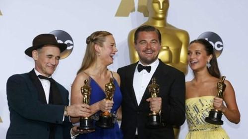 Leo hạnh phúc cùng các diễn viên đoạt giải khác (Ảnh: BBC)