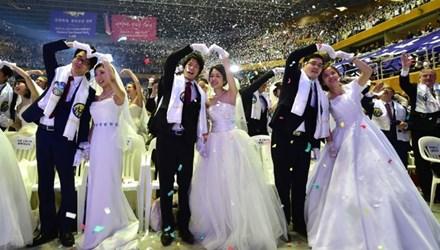 Các cặp đôi rạng ngời trong đám cưới. Ảnh: AFP