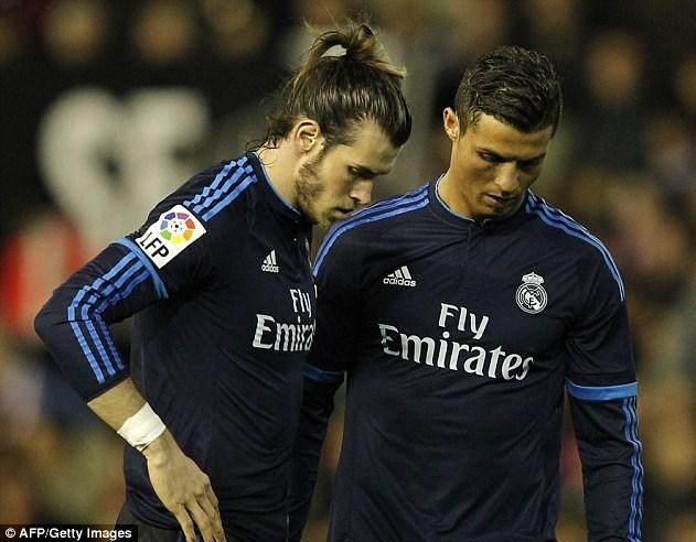 Bale (trái) sẽ vắng mặt do chấn thương. Ảnh: AFP