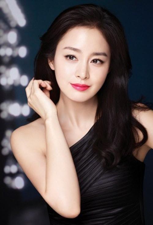 Kim Tae Hee được đánh giá là kiều nữ xinh đẹp, nổi tiếng số một Hàn Quốc. Trong những năm qua, cô luôn lọt Top mỹ nhân đẹp tự nhiên của làng giải trí. Thời gian đầu, người đẹp sinh năm 1980 bị chê về diễn xuất. Không nản lòng, cô luôn phấn đấu và ngày càng khẳng định khả năng biến hóa trên ảnh đàn. Ảnh: Newsen.