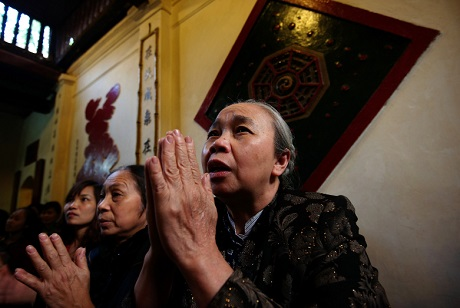 Bà cụ vào lễ trong Đền Ngọc Sơn ở Hà Nội.