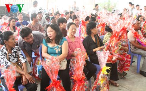 Bà con Việt kiều được nhận quà Tết.
