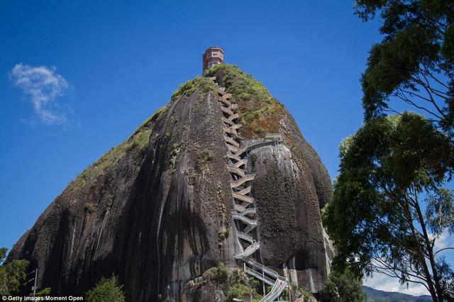 Ngọn núi đá khổng lồ, nơi có cầu thang nguy hiểm nhất thế giới