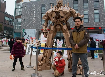 Xu Ou cùng con trai và bức tượng đặc biệt từ bìa các-tông của mình