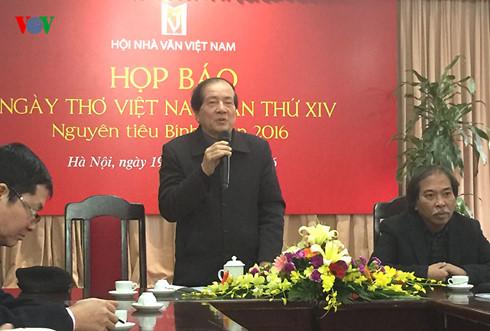 Nhà thơ Hữu Thỉnh tại cuộc họp báo về Ngày Thơ Việt Nam 2016 (Ảnh: Hồng Minh/VOV)