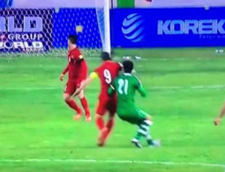 Pha đánh chỏ của Công Vinh vào mặt cầu thủ Iraq được truyền hình ghi cận cảnh