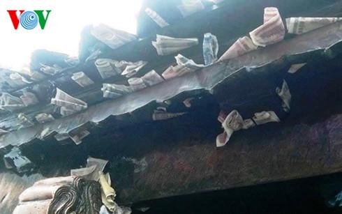 Tiền được cài trên mái chùa Đồng Yên Tử