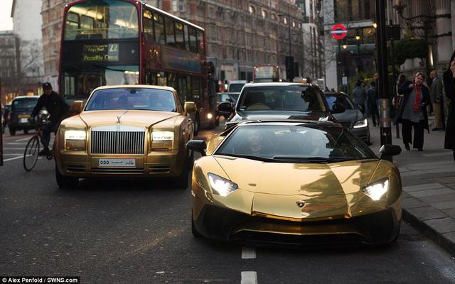 Hai siêu xe dát vàng của đại gia Ả rập là Rolls-Royce Phantom Coupe và Lamborghini Aventador trị giá 70.000 bảng Anh.