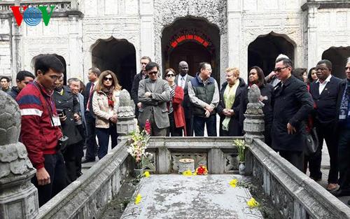 Các Đại sứ nghe giới thiệu về lịch sử nhà thờ đá Phát Diệm