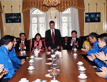 Đại sứ đặc mệnh toàn quyền Việt Nam tại Uzbekistan Phạm Văn Phảo (người đứng) chúc Tết đội tuyển futsal quốc gia (ảnh: Quang Thắng)