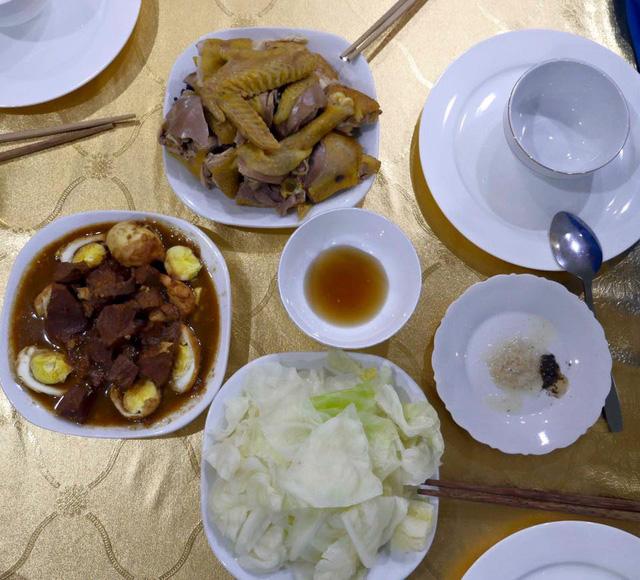 Món cơm với thịt kho trứng, thịt gà luộc và rau bắp cải đúng chất Việt Nam