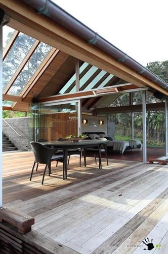 Căn nhà bằng gỗ và kính này chỉ thích hợp ở những nơi có thời tiết ấm áp nhưng không quá nóng bức, cũng không có nhiều sự chênh lệch về nhiệt độ.