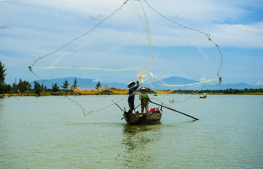Sông Trường Giang chảy song song với bờ biển Quảng Nam.