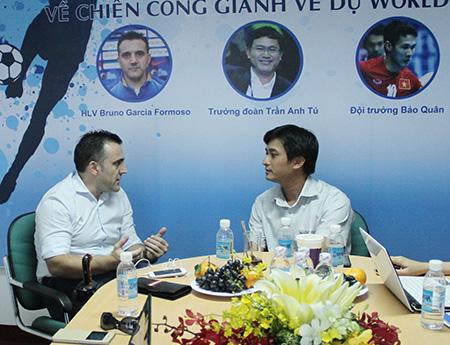 HLV Bruno Garcia (trái) chỉ mong được gọi... đúng tên