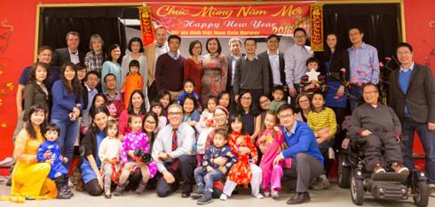 Đại sứ Việt Nam tại Na Uy Lê Thị Tuyết Mai chụp ảnh lưu niệm với gia đình của Hội gia đình Việt Nam tại Oslo