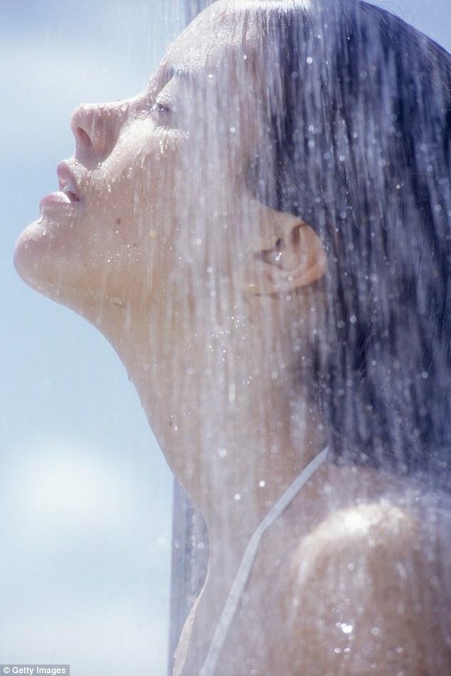 Rửa mặt dưới vòi sen sẽ làm sạch mặt đồng thời làm giãn nở các mao mạch...