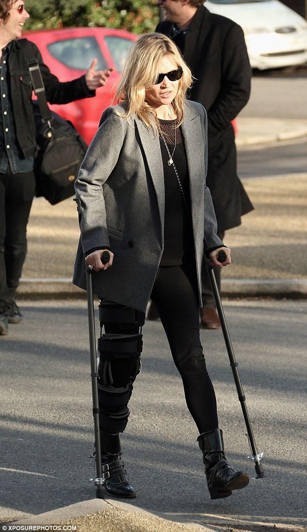 Kate Mos bước đi trên đôi nạng ở London sau cú ngã lúc trượt tuyết