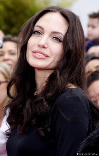 Angelina Jolie từng 3 lần kết hôn. Người chồng đầu tiên của nữ diễn viên là Jоnnу Lее Mіllеr, cả hai gặp nhau năm 1995 khi cùng đóng chung phim Hackers. Họ kết hôn vào ngày 28/3/1996, ly hôn vào ngày 3/2/1999. Sau đó, Angelina Jolie trải qua cuộc hôn nhân với người chồng thứ 2 là Bіllу Bоb Thоrntоn. Hiện tại, nữ diễn viên đang sống hạnh phúc cùng người chồng thứ 3 - nam diễn viên Brad Pitt.