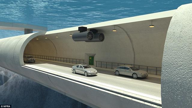 Đường hầm dưới biển đầu tiên trên thế giới, gồm hai đường ống dài. Mỗi đường ống được thiết kế 2 làn xe, một làn dành cho xe đi lại, một làn dành cho trường hợp khẩn cấp và sửa chữa.