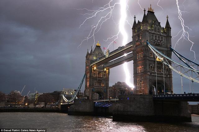 """Những tia chớp như """"xé rách"""" bầu trời ở Cầu Tháp London"""