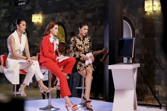 Tập 1 chương trình The Face - Gương mặt thương hiệu chứng kiến màn tranh luận gay gắt giữa ba huấn luyện viên Hồ Ngọc Hà - Phạm Hương - Lan Khuê. Trong đó, Hoa khôi áo dài và Hoa hậu hoàn vũ không ngần ngại chê nhau trên sóng truyền hình.