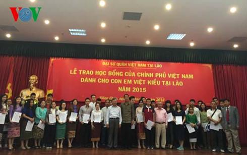 Lễ trao học bổng của Chính phủ Việt Nam cho con em Việt kiều Lào.