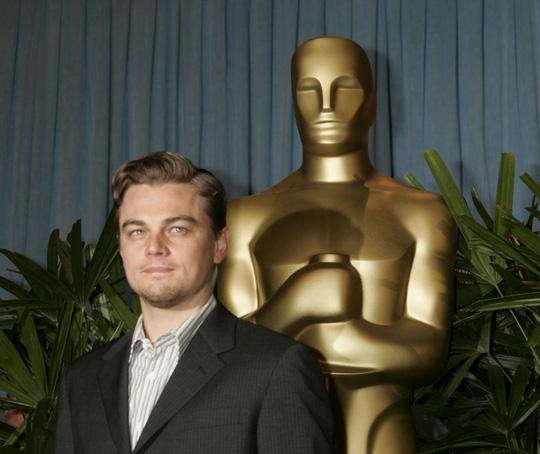 """Leonardo đến dự buổi tiệc dành cho các đề cử Oscar tại Oscar năm 2005. Đây là lần thứ 2 anh được đề cử hạng mục Nam diễn viên chính xuất sắc nhất nhờ vai diễn trong phim """"The Aviator""""."""