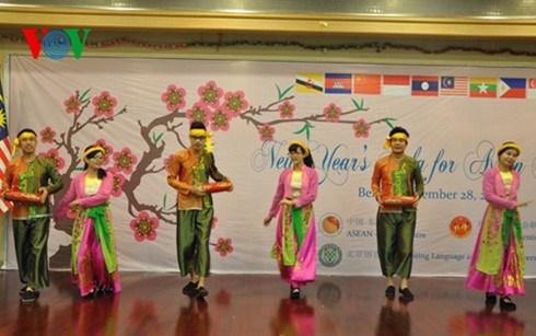 Lưu học sinh Việt Nam múa trống cơm