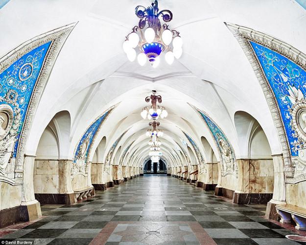 Ẩn dưới lòng đất ở thủ đô Moscow, Nga, là kho báu lấp lánh. Đó chính là các trạm tàu điện ngầm được bài trí trang trọng, tinh tế. Metro Moskva là hệ thống tàu điện ngầm phục vụ người dân Moscow và các tỉnh giáp lân cận.